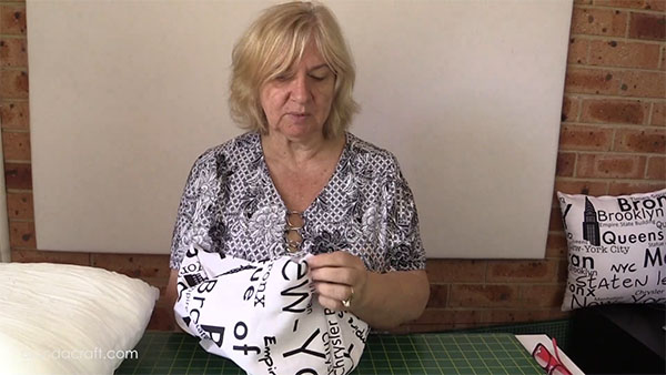 zippered-cushion-cover,sewing-project, craft, www.alandacraft.com, cushion cover